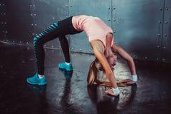 Donna sportiva di posa del ponte che fa allenamento di forma fisica Fotografia Stock