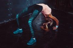 Donna sportiva di posa del ponte che fa allenamento di forma fisica Fotografia Stock Libera da Diritti