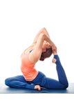 Donna sportiva di yogini di misura che fa kapotasana di pada di Eka di asana di yoga fotografia stock