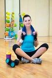 Donna sportiva felice che si rilassa dopo la formazione nella palestra fotografia stock libera da diritti
