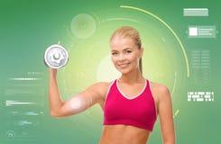 Donna sportiva felice con la testa di legno che flette il bicipite Immagine Stock Libera da Diritti