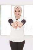 Donna sportiva musulmana che fa allungamento della mano Fotografia Stock Libera da Diritti