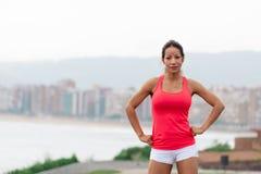 Donna sportiva riuscita verso lo scape della città fotografia stock libera da diritti
