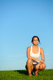 Donna sportiva su resto all'aperto di allenamento Immagini Stock
