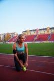 Donna sportiva sulla pista di corsa atletica Immagine Stock