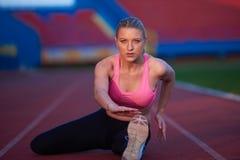 Donna sportiva sulla pista di corsa atletica Immagini Stock
