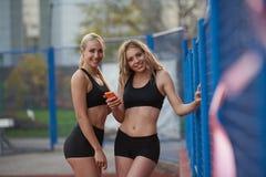 Donna sportiva sulla pista di corsa atletica Fotografie Stock