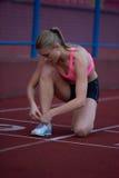 Donna sportiva sulla pista di corsa atletica Immagini Stock Libere da Diritti
