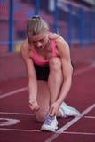 Donna sportiva sulla pista di corsa atletica Fotografie Stock Libere da Diritti