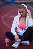 Donna sportiva sulla pista di corsa atletica Immagine Stock Libera da Diritti