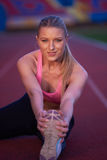 Donna sportiva sulla pista di corsa atletica Fotografia Stock Libera da Diritti