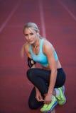 Donna sportiva sulla pista di corsa atletica Fotografia Stock