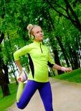 Donna sportiva in un parco Fotografie Stock