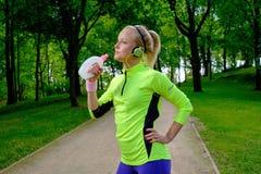 Donna sportiva in un parco fotografia stock