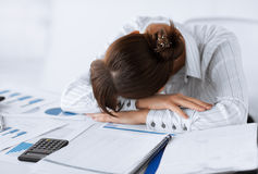 Donna stanca che dorme sul lavoro Immagini Stock