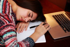 Donna stanca che dorme sulla tavola Fotografie Stock Libere da Diritti