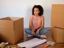 Donna stanca che prepara rilocazione domestica fotografia stock