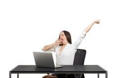 Donna stanca che si siede con il computer portatile Immagini Stock
