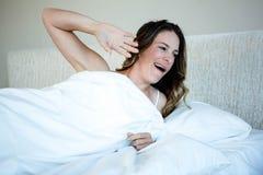 donna stanca che sveglia e che sbadiglia Fotografia Stock Libera da Diritti