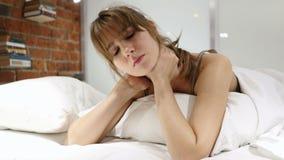 Donna stanca con dolore in collo che si trova a letto sullo stomaco archivi video