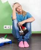 Donna stanca con gli strumenti della pittura Fotografie Stock Libere da Diritti