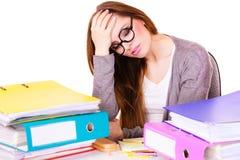 Donna stanca con la pila di documenti delle cartelle Immagini Stock