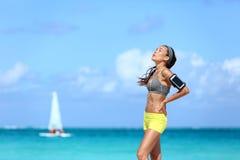 Donna stanca di forma fisica che prende una rottura dell'allenamento duro Fotografia Stock Libera da Diritti