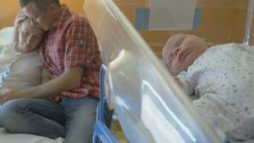 Donna stanca dopo avere dato alla luce in culla medica video d archivio