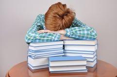 Donna stanca e libri Fotografie Stock