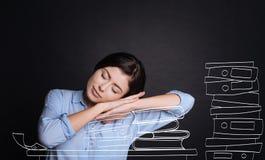 Donna stanca piacevole che dorme sui libri Fotografia Stock Libera da Diritti