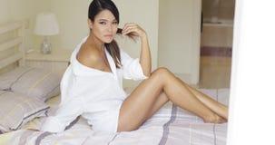 Donna stanca sul letto in camicia bianca surdimensionata video d archivio