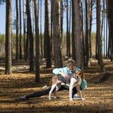Donna, stile di vita, natura, cane, aria fresca, all'aperto fotografie stock libere da diritti