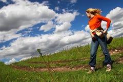 Donna, strada e nubi. Sibir. immagini stock