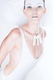Donna stupefacente in corpo e cappello bianchi Immagine Stock Libera da Diritti