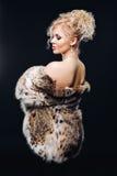 Donna stupefacente in pelliccia in vetri di sole rispecchiati, una pelliccia elegante del lince Ritratto di una donna in studio s Immagine Stock