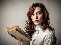 Donna stupita con un libro immagini stock