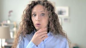 Donna stupita dei capelli ricci sorpresa dagli eventi positivi video d archivio
