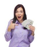 Donna stupita della corsa mista che tiene le banconote in dollari di nuovo cento Fotografia Stock Libera da Diritti