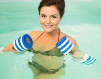 Donna su aerobica di acqua Fotografia Stock