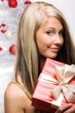 Donna su natale con un regalo Fotografia Stock