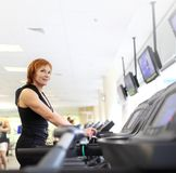 Donna su trademill in ginnastica Fotografie Stock Libere da Diritti