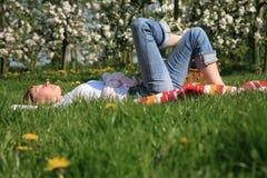 Donna su un'erba Fotografia Stock Libera da Diritti