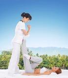 Donna su un massaggio tailandese su un fondo della giungla Fotografie Stock