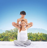 Donna su un massaggio tailandese su un fondo della giungla Fotografie Stock Libere da Diritti