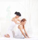 Donna su un massaggio tailandese su un fondo della stazione termale Immagine Stock Libera da Diritti