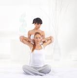 Donna su un massaggio tailandese su un fondo della stazione termale Fotografia Stock