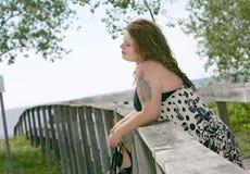 Donna su un pilastro alla spiaggia fotografia stock libera da diritti