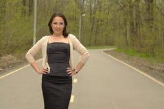 Donna su un sentiero forestale Fotografia Stock Libera da Diritti