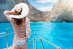 Donna su un yacht sull'isola di Zacinto, Grecia fotografia stock libera da diritti