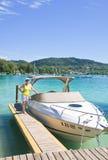 Donna su una barca a vela Immagini Stock